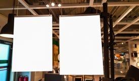 Leerer Rahmen zwei im Regal mit Büchern Leerer Anzeigen-Fahnen-Plakat-Spott herauf Schablonen-Beschneidungspfad lizenzfreie stockfotografie