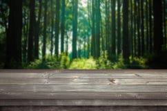 Leerer Raum auf einem Holztisch stockfotografie