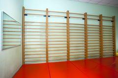 Leerer Raum in der Physiotherapieklinik Stockfotos