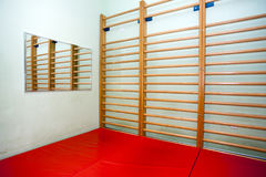 Leerer Raum an der Physiotherapieklinik Stockfotos