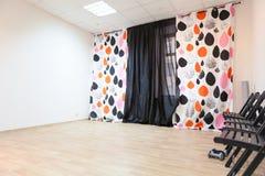 Leerer Raum der Seitenansicht unmöbliert mit Vorhängen Stockfotografie