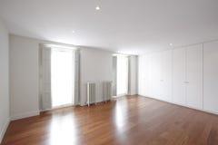 Leerer Raum des Hauses mit klassischen Eisenheizungen Lizenzfreie Stockfotografie
