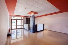 Leerer Raum innen Aufnahmehalle im modernen Gebäude Stockfotos