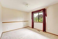 Leerer Raum mit Burgunder-Vorhängen Lizenzfreie Stockbilder