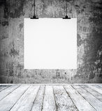 Leerer Raum mit dem Brett des leeren Papiers, das an einer Wand hängt Lizenzfreie Stockfotografie