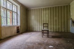 Leerer Raum mit einem Stuhl stockbilder