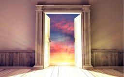 Leerer Raum mit geöffneter Tür Lizenzfreie Stockbilder