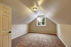 Leerer Raum mit gewölbter Decke Stockbilder