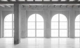 Leerer Raum mit großen Fenstern, Parkettböden und rauen Wänden Stockfotografie