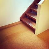 Leerer Raum mit hölzernem Treppenhaus Stockfoto