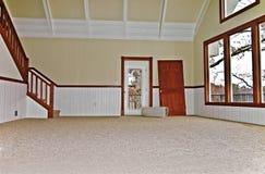 Leerer Raum mit neuem Teppich Stockfotos