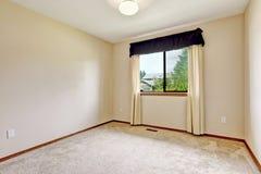 Leerer Raum mit Trennvorhängen Stockfoto