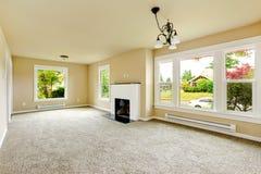 Leerer Raum mit weißem Ziegelsteinhintergrundkamin Stockbild
