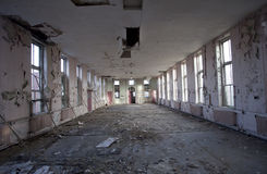 Leerer Raum in verlassenem Krankenhaus Stockfotos