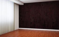 Leerer Raum wird eben erneuert Im Innenraum gibt es Vorhänge und Fußleisten und Tapete mit einem Muster Stockfotos