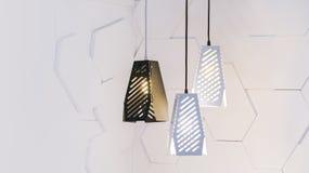 Leerer Rauminnenraum mit konkreter weißer Wand, moderne drei Lampen Stockbilder