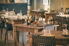 Leerer Restaurantsatz stockfoto