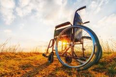 Leerer Rollstuhl auf der Wiese stockbild