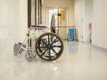Leerer Rollstuhl geparkt in der Krankenhausbahn Lizenzfreies Stockfoto