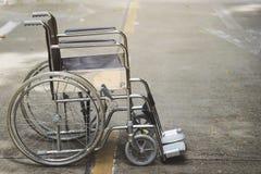 Leerer Rollstuhl geparkt im Krankenhaus stockbilder