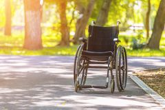 Leerer Rollstuhl im Park in der Sommersaison Lizenzfreie Stockfotografie