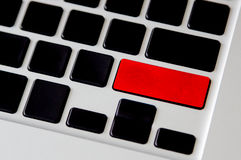 Leerer roter Knopf auf schwarzer Computertastatur Lizenzfreie Stockbilder
