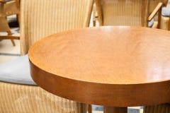 Leerer runder Holztisch im Restaurant Lizenzfreies Stockfoto