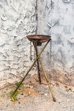 Leerer Rusty Steel Fire Torch auf Messingstand Stockbilder