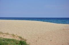 Leerer sandiger Strand Stockfoto