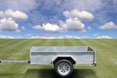 Leerer Schlussteil auf grünem Gras Stockbild