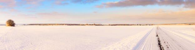 Leerer Schnee bedeckte Straße in der Winterlandschaft Stockfotos