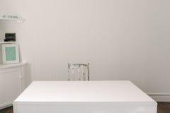 Leerer Schreibtisch mit Bauholzweinlesestuhl Stockfotos