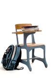 Leerer Schule-Schreibtisch mit Zubehör Stockfotografie