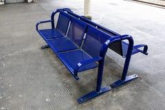 Leerer Sitz auf Bahnplattform Lizenzfreie Stockbilder