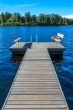 Leerer Sitz auf einem See Stockbild
