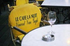 Leerer Sitz am Café-La Nuit stockbild