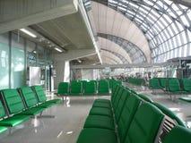 Leerer Sitz an der Abflughalle Lizenzfreie Stockfotos
