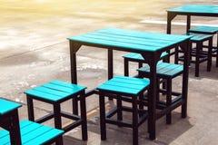 Leerer Sitz und Tabelle des Straßenlebensmittelrestaurants Lizenzfreies Stockbild