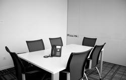 Leerer Sitzungssaal lizenzfreie stockbilder