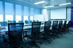Leerer Sitzungssaal lizenzfreies stockbild