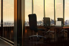 Leerer Sitzungssaal im Bürogebäude in New York City Lizenzfreies Stockbild