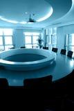Leerer Sitzungssaal mit runder Tabelle Lizenzfreies Stockbild