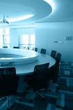 Leerer Sitzungssaal mit runder Tabelle Stockbild