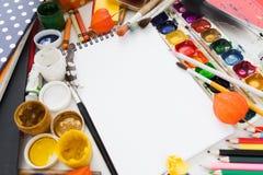 Leerer Sketchbook mit Farben und Bürsten, Modell Stockbild