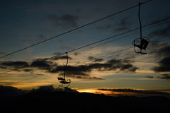 Leerer Skiaufzug/Sesselliftschattenbild auf hohem Berg Stockbild