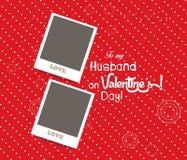 Leerer sofortiger Paarfotorahmen reizend auf rotem Hintergrund Stockbilder