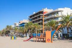 Leerer Spielplatz auf einem allgemeinen Strand in Spanien Stockbilder