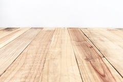 Leerer Spitzenholztisch- und Zementwandhintergrund Lizenzfreies Stockbild