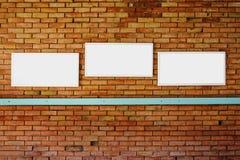 leerer Spott des Rahmens 3 oben auf einer Backsteinmauer lizenzfreie stockfotos