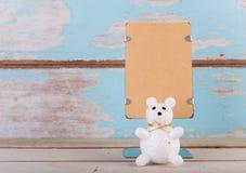 Leerer Stand des braunen Papiers und netter Bär für Text auf Schmutz blauer wo Lizenzfreie Stockbilder